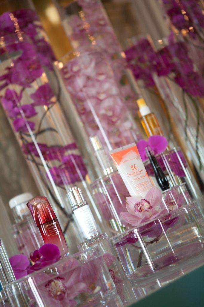 <p>Rodeados de orquídeas, nuestros dieciocho cosméticos favoritos esperaban su premio...</p>