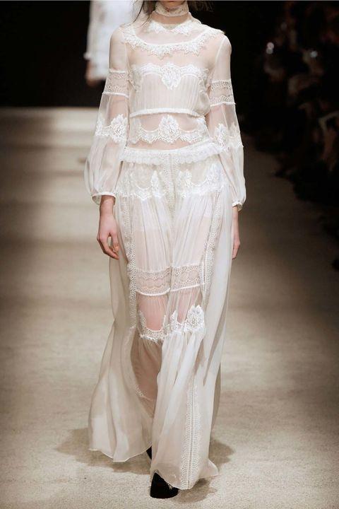 <p>Lo mismo sucede con este romántico y etéreo vestido de<strong> Alberta Ferretti.</strong> Un diseño precioso para dar la bienvenida en un recibidor.</p><p>&nbsp;</p>