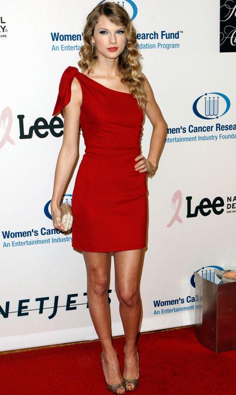 <p>Para Navidad, Nochebuena, Nochevieja... Un acierto sofisticado como este rojo con escote asimétrico de <strong>Valentino</strong>. Maravillosa <strong>Taylor Swift</strong>.&nbsp;</p>