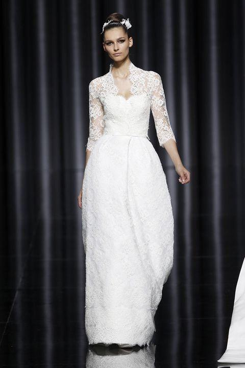 <p>Absolutamente impresionante el cuerpo bordado de este vestido de <strong>Pronovias,</strong> modelo &quot;Escarlata&quot;. Aunque el encaje se sobrepone por todo el vestido, la chaqueta es especialmente delicada y en ella se aprecian los verdaderos detalles de la tela. Suma un toque plus con la forma del cuello y el escote en pico que termina sobre el cuerpo en palabra de honor.</p>