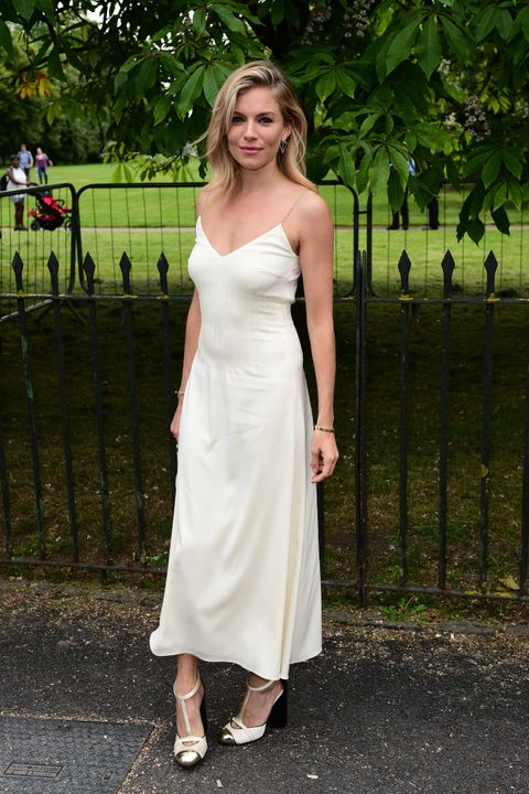 <p><strong>Sienna Miller&nbsp;</strong>consiguió ser la más elegante de la Serpentine Gallery Summer Party (y de la semana) sin complicarse. Solo necesitó un 'slip dress' de seda en blanco que completó con unos zapatos en blanco y negro con punta metalizada.&nbsp;</p>