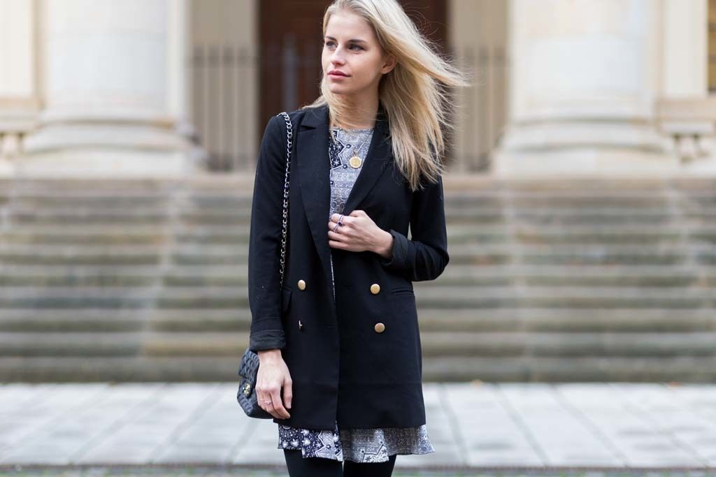 Combinar vestido negro con blazer