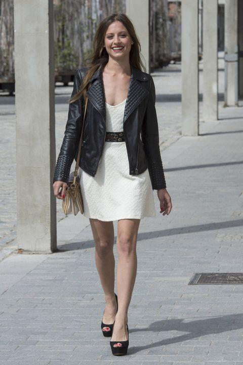 <p>La 'perfecto' es la chaqueta del entretiempo por excelencia. Nos encanta la versión de&nbsp;<strong>Michelle Jenner</strong> con relieve que combina con un LWD.</p>