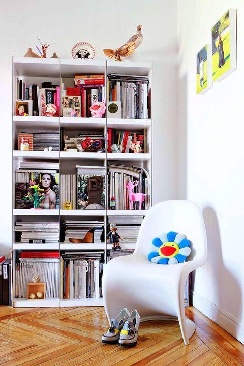 <p>Rincones de lectura como éste, donde el blanco vuelve a tener un papel importante en la mítica silla Panton, se empapan de pequeños detalles como peluches en forma de margaritas, cervatillos en tono rosa cuidando los libros, flores artificiales o revistas.</p>