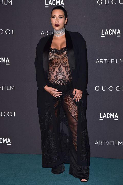 <p><strong>Kim Kardashian</strong>&nbsp;no pudo elegir peor su look para acudir a la LACMA ART + FILM GALA 2015 con este vestido negro con exageradas transparencias que no favorecen su embarazo. El diseño es de&nbsp;<strong>Givenchy colección Primavera 2016</strong>.</p>