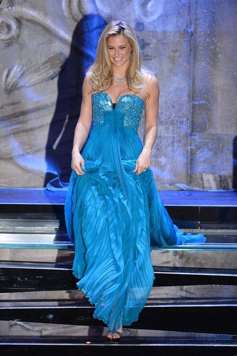 <p>Con un largo y tableado vestido azul turquesa, la modelo bajó sonriente las escaleras que le conducían a escena. El escote en forma de corazón adornado con pedrería, y una melena suelta con pequeñas ondas en las puntas, hacen que la top se deslizara por el escenario... ¡como una auténtica sirena!</p>