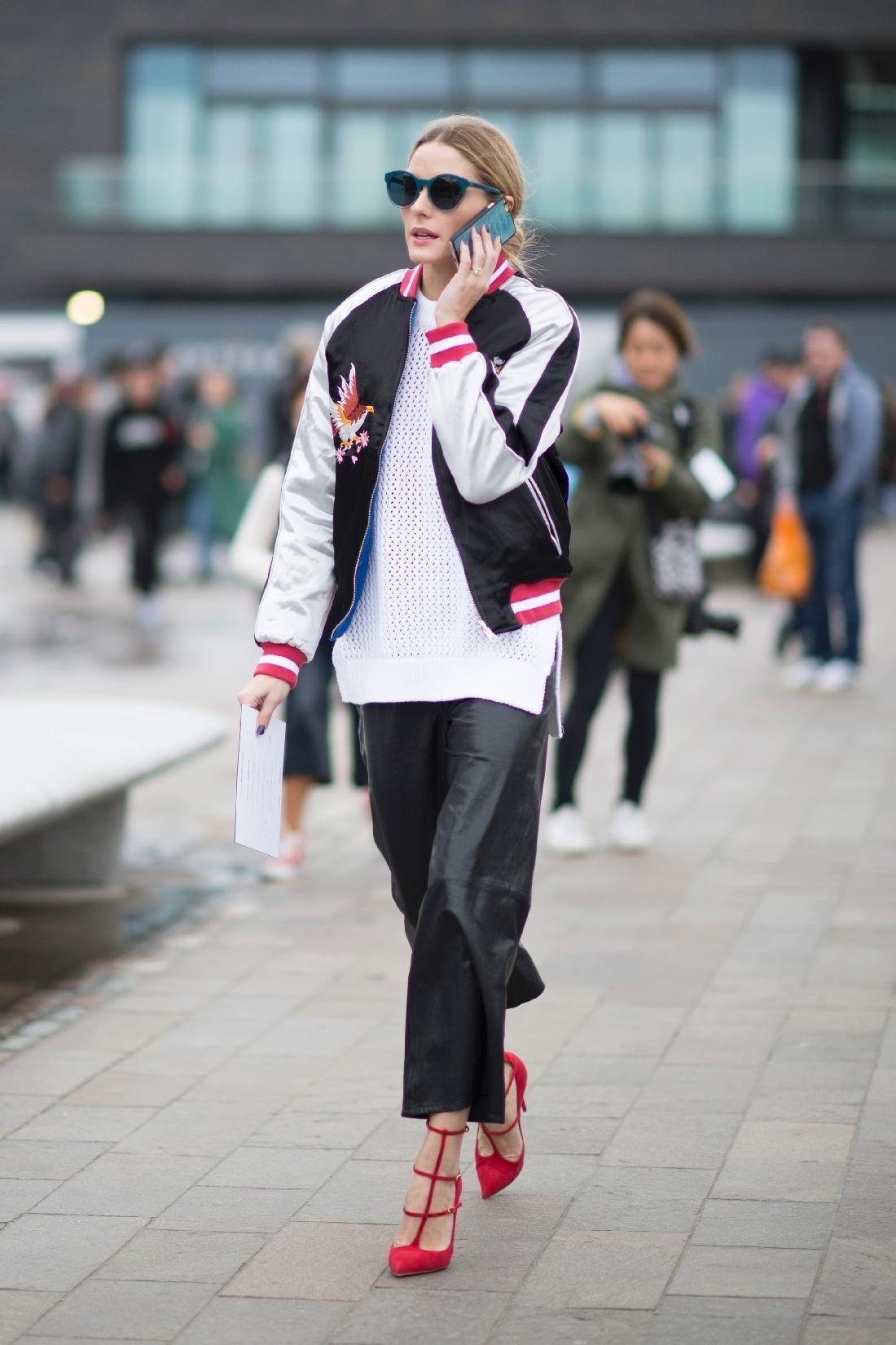 <p>La reina del street style <strong>Olivia Palermo</strong> se encarga de llevar la chaqueta estrella: la Bomber. La it girl apuesta por un modelo tricolor de <strong>Topshop</strong>&nbsp&#x3B;con dibujos.</p>