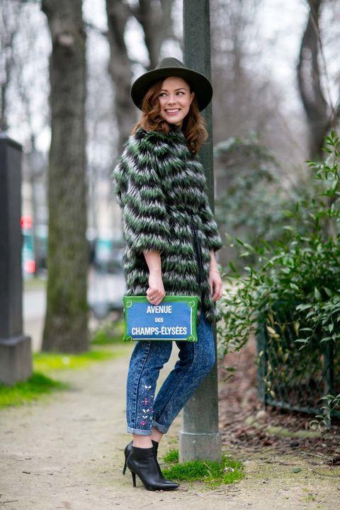 <p>Toma nota de este look con sabor parisino. Pitillos con bordados o detalles de abalorios, un abrigo de pelo y botines tobilleros. ¿El secreto? Un clutch sobresaliente. No te pierdas nuestra apuesta low con la que copiamos esta idea.</p>