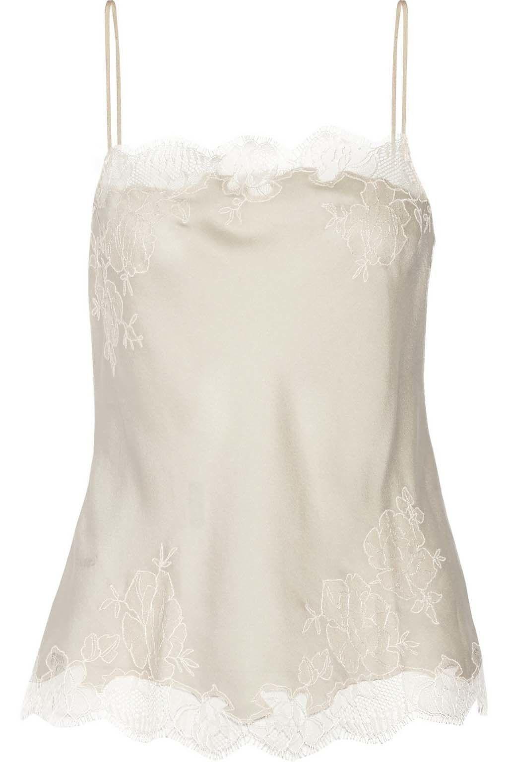 <p>Añade bajo la chaqueta un top lencero en blanco perlado como esta delicada pieza, de Carine Gilson (260 €).</p><p>&nbsp&#x3B;</p>