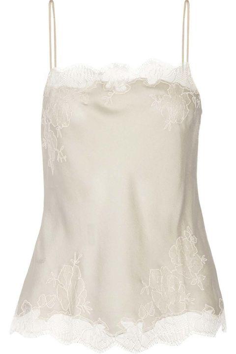 <p>Añade bajo la chaqueta un top lencero en blanco perlado como esta delicada pieza, de Carine Gilson (260 €).</p><p>&nbsp;</p>