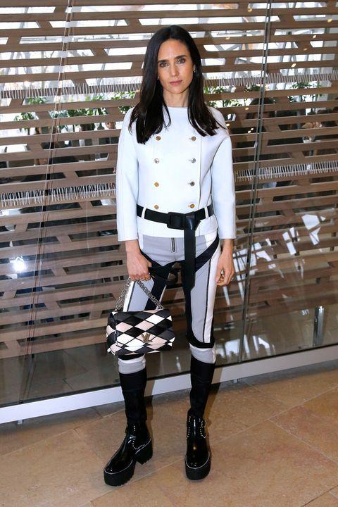 <p>Siempre es fiel al desfile de Louis Vuitton en la Semana de la Moda de París, y siempre nos conquista con su look. Pero en esta ocasión <strong>Jennifer Connelly</strong> nos ha decepcionado con su estilismo. &nbsp;</p>