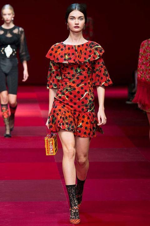 <p><strong>Dolce&amp;Gabbana</strong>, los nuevos embajadores del estilo español más castizo y puro, decidieron por su parte volver a sacar todo el potencial de los lunares. Sobre rojo o vino intenso y en prendas con volantes, acertarás seguro.</p>