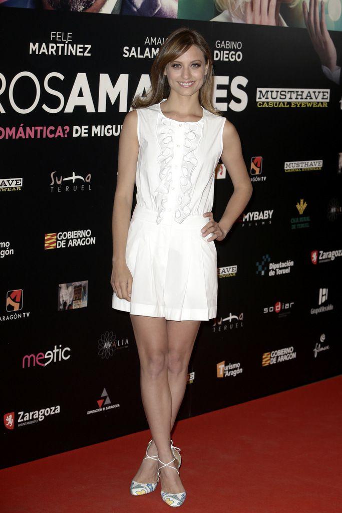 <p>Con 'shorts' tableados en blanco y camiseta sin mangas. Un buen ejemplo sobre cómo ir sencilla pero con mucho estilo.</p>