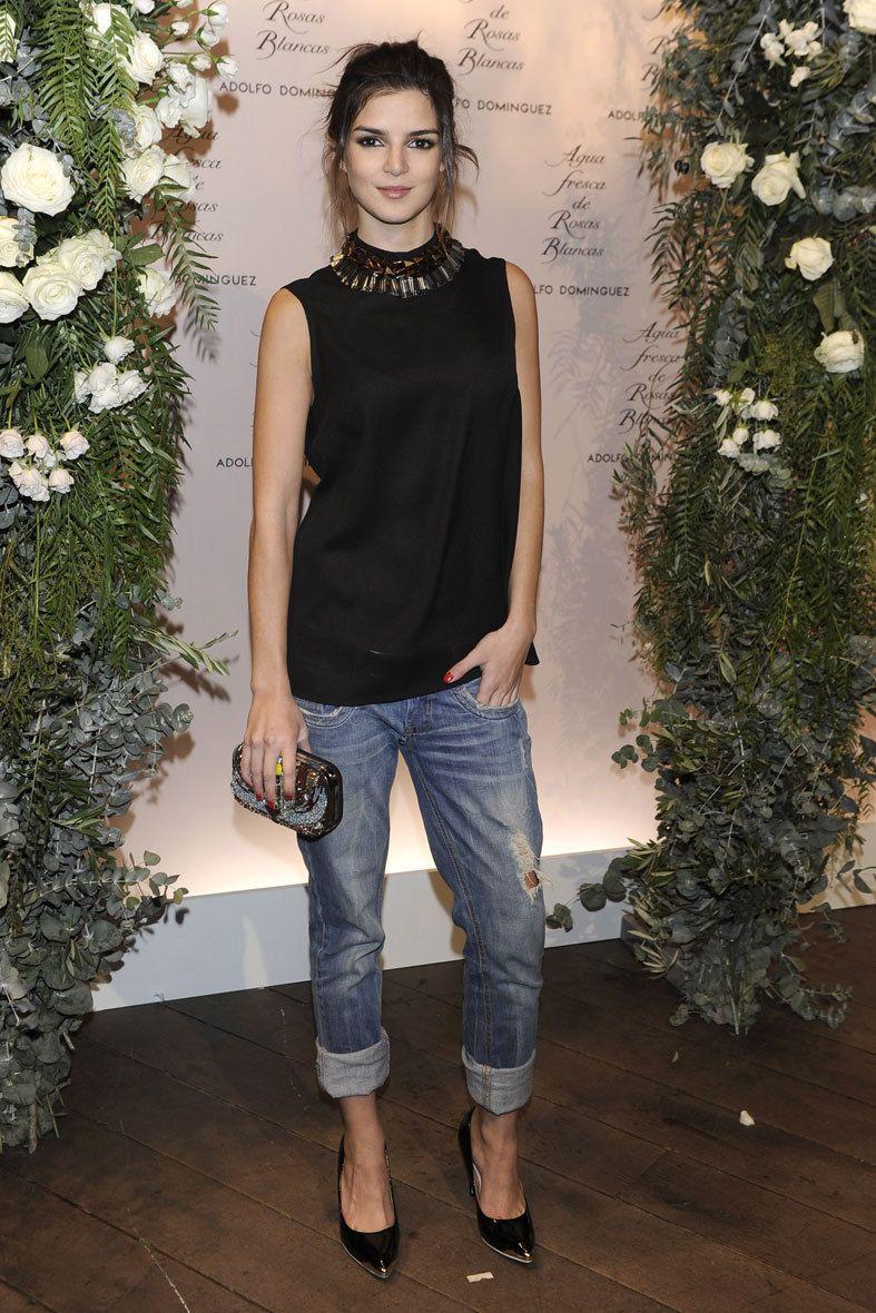 <p>Nos gusta el look de <strong>Clara Lago</strong>, donde convive el estilo informal de sus jeans con un toque más elegante gracias a su top y complementos.</p>
