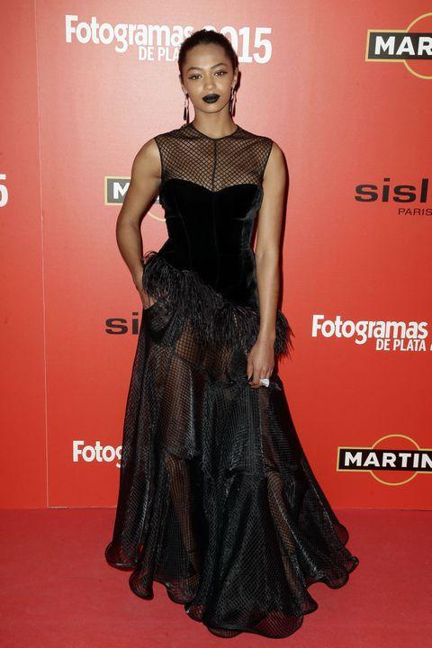 <p><strong>Berta Vázquez</strong> con un look estilo gótico con vestido con terciopelo y plumas de <strong>Juan Vidal</strong>.</p>