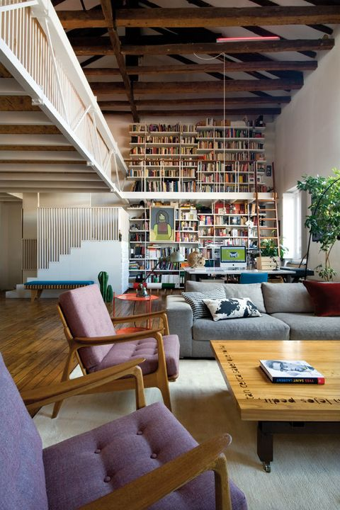 <p>Fusión total entre el despacho, con una librería de Alberto Marcos, y el salón, con sofá de Bo Concept; butacas, en Batavia; mesa, de Marcos; mesita y flexo, de Tiempos Modernos, y alfombra, de BSB.</p>