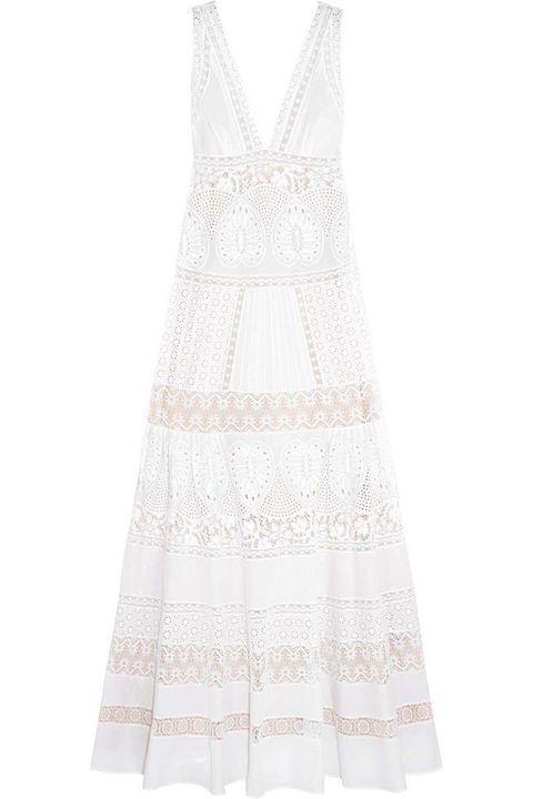 <p>Vestido largo bordado en blanco con guipur de&nbsp;<strong>Roberto Cavalli.&nbsp;</strong></p>