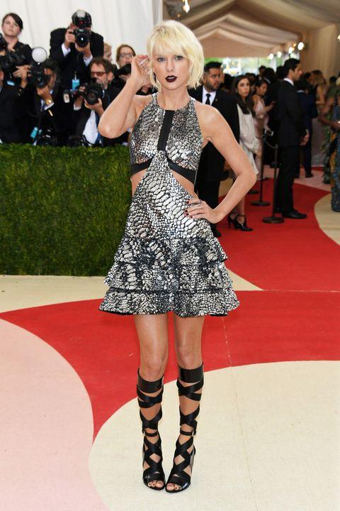 <p>Con su nueva melena rubio platino, <strong>Taylor Swift</strong> fue perfecta para la ocasión y el tema de la noche de la moda. Eligió un vestido corto metalizado de 'animal print' con 'cut out' de <strong>Louis Vuitton</strong>.&nbsp;</p>