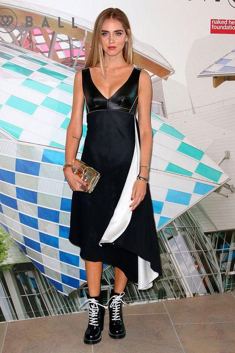 <p>La italiana eligió un vestido bicolor de <strong>Louis Vuitton</strong> que combinó con accesorios dorados y botines de estilo grunge.&nbsp;</p>