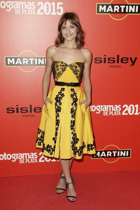 <p><strong>Michelle Jenner</strong> con un vestido lady en amarillo con flores negras de <strong>Oscar de la Renta</strong>.</p>