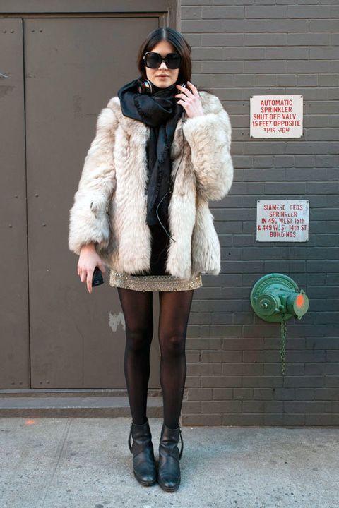 <p>Ella también se apunta a la moda de los abrigos de pelo en un look impecable: abrigo blanco y falda con brillos. De diez.</p>