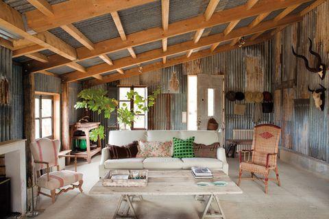 <p>Calidez y encanto natural en un salón donde se superponen texturas muy diversas: la gran mesa de centro está realizada con maderas que han envejecido al sol. La butaca de madera con tapicería de la zona es del Brocante de la Reine Victoria en Biarritz.</p>