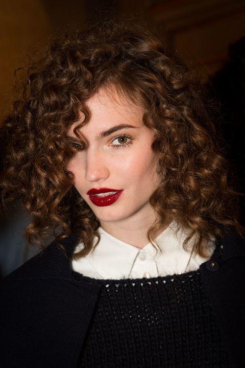 <p>Adiós, tonos mate: los labios en rojo espejo son los protagonistas de la temporada. Visto en <strong>Blugirl</strong>.</p>