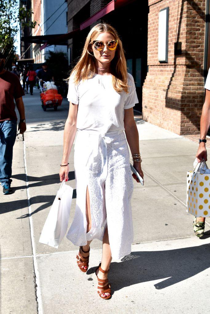 <p>Todo un acierto este 'total white look' de <strong>Fendi</strong> que luce<strong>Olivia Palermo</strong>con una camiseta básica, una falda bordada y sandalias de piel.</p>