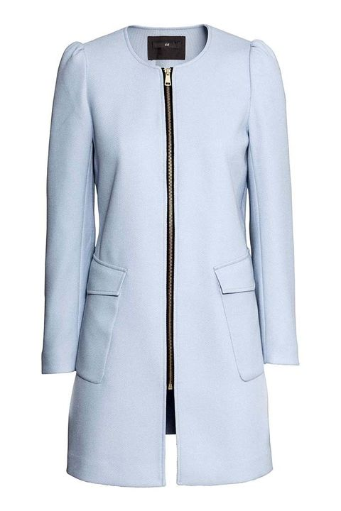<p>Abrigo con cremallera y bolsillos frontales en azul bebé de&nbsp;<strong>H&amp;M,&nbsp;</strong>50 €.</p>