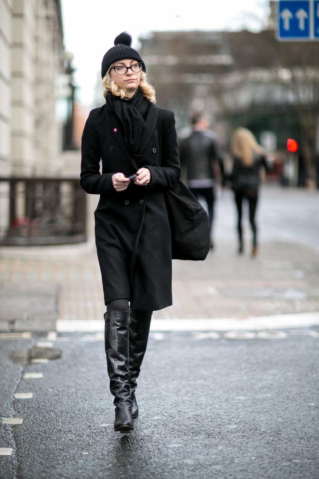 <p>Con un clásico y elegante abrigo de paño de doble botonadura, botas altas y gorrito con pompón de lana.&nbsp&#x3B;</p>