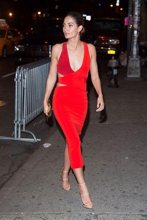 <p>Maravillosa con un vestido de tubo rojo y granate ajustado de tirantes con 'cut outs', así fue<strong> Lily Aldridge</strong> a la fiesta.&nbsp;</p>