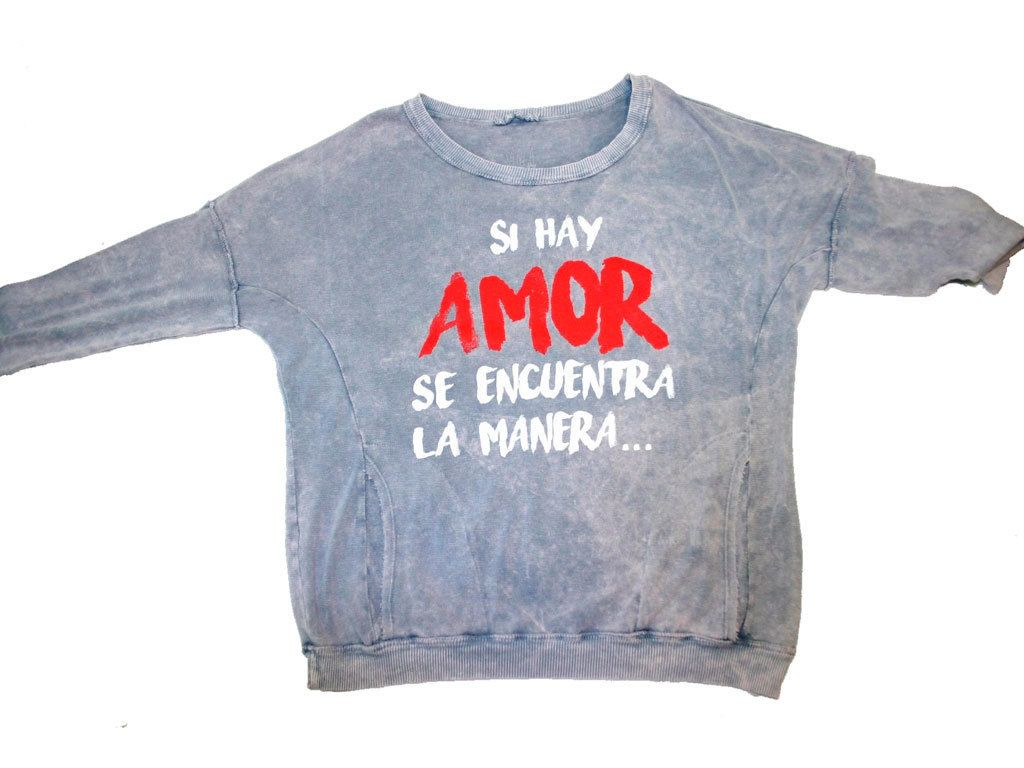 """<p>Sudadera """"Cuando hay amor, se encuentra la manera"""", de<strong>Sanla</strong>(36 €).</p>"""