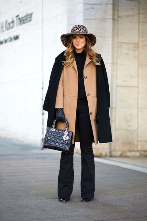 """<p>Ante las temperaturas más bajas, doble protección. Y nos gusta la forma en que lo hace ella: con abrigo masculino camel y un elegante abrigo recto en negro, haciendo rotundo su 'total black'.&nbsp;</p><p>Foto:<a href=""""http://www.closetfulofclothes.com/"""" target=""""_blank""""><strong> closetfulofclothes.com</strong></a></p><p>&nbsp;</p>"""