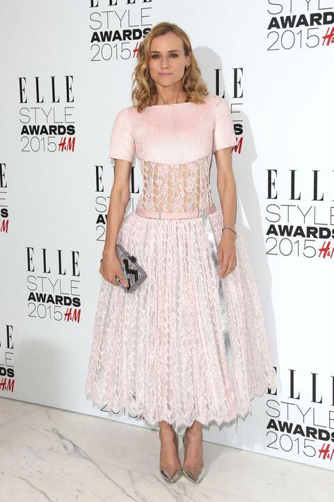<p><strong>Diane Kruger&nbsp;</strong>eligió este original vestido rosa midi con cuerpo troquelado firmado por <strong>Chanel</strong>. Lo combinó con un clutch estampado de <strong>Edie Parker</strong> y salones metalizados.</p>