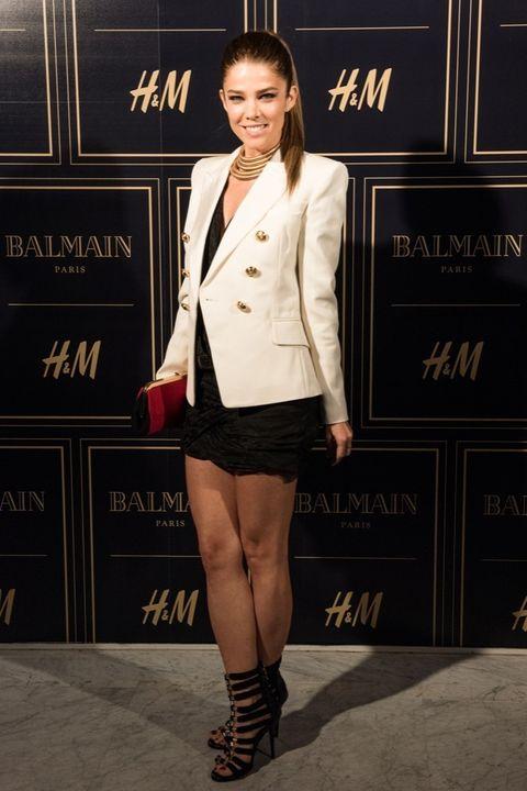 <p><strong>Juana Acosta</strong> con un look en negro, blanco y droado de lo más elegante.&nbsp;</p>