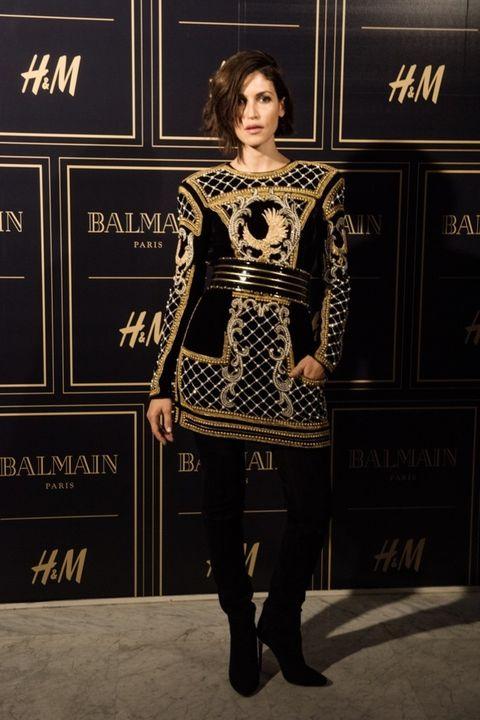 <p>La actriz <strong>Nerea Barros</strong> con uno de los vestidos más buscados y las botas mosqueteras de la colección.&nbsp;</p>