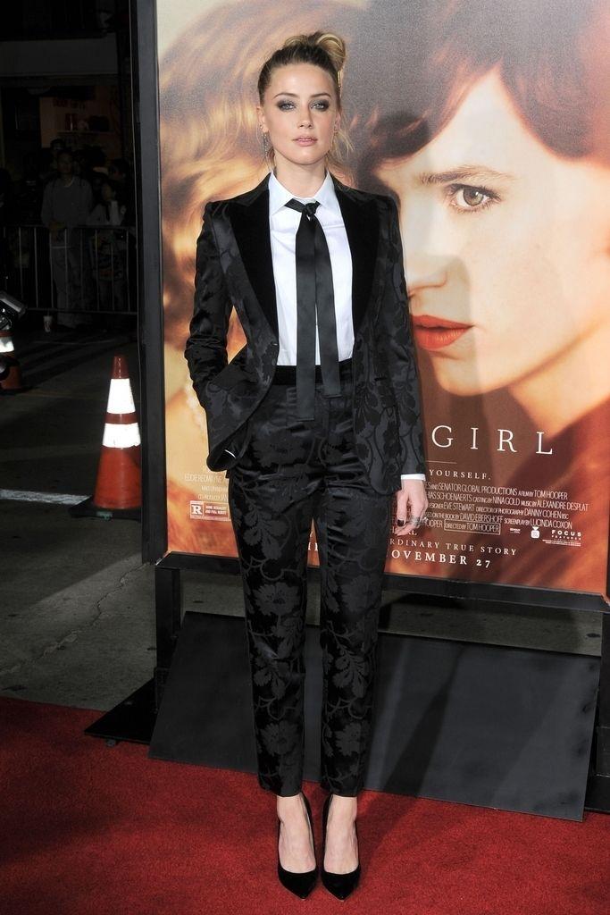<p><strong>Amber Heard</strong> sabe irradiar sensualidad vestida con un traje negro de estampado floral más camisa con lazada de <strong>Dolce &amp&#x3B; Gabbana</strong> combinado con salones de <strong>Jimmy Choo</strong>.</p><p>&nbsp&#x3B;</p>