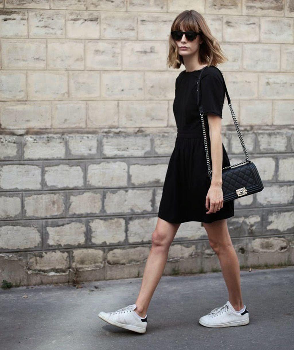 Como combinar un vestido negro deportivo