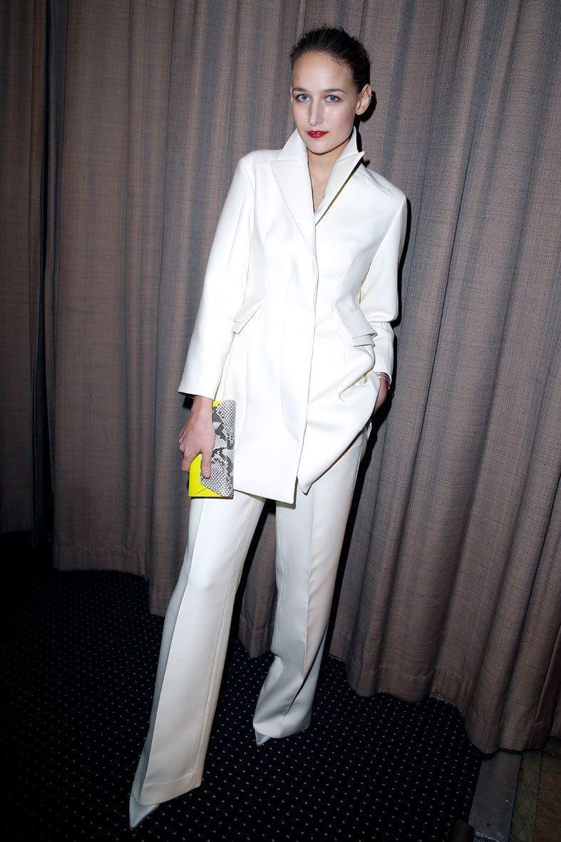 <p>La actriz <strong>Leelee Sobieski</strong> enseñó la cara invernal del blanco poniendo una nota de color en el clutch y sus <strong>labios 'rouge'</strong>.</p>