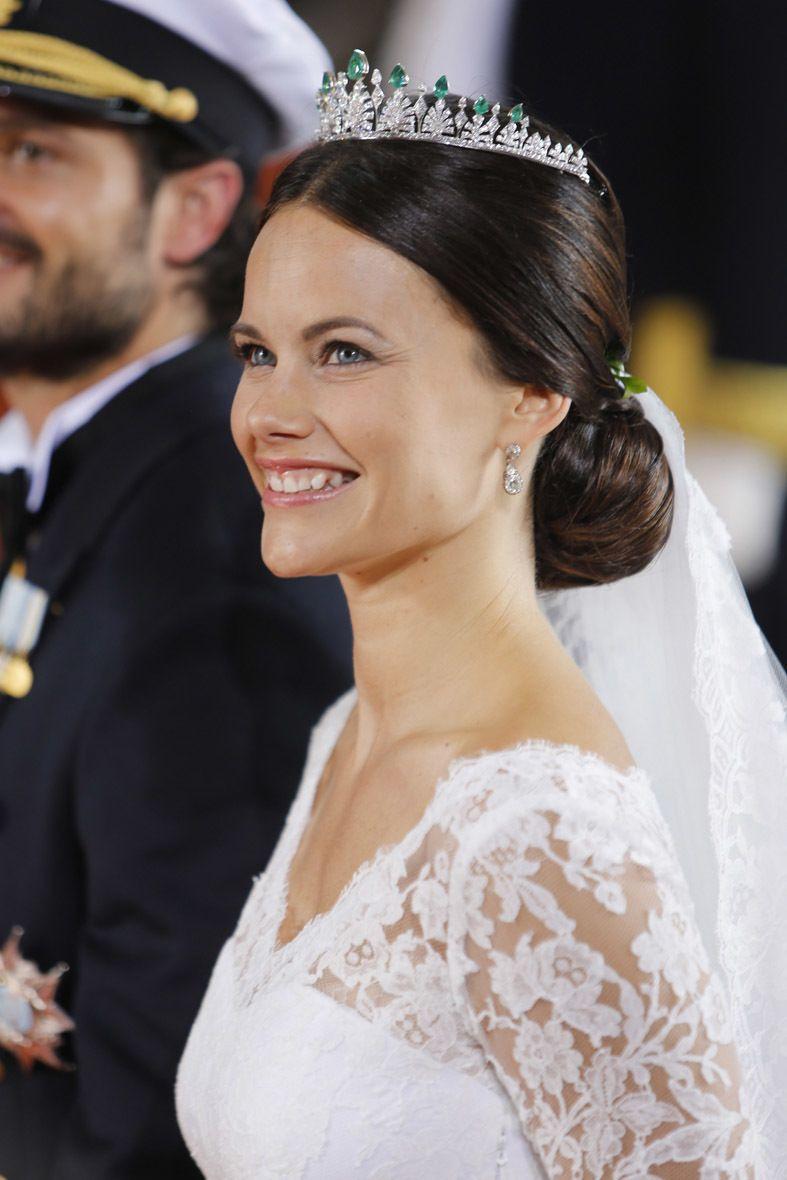 <p>Con un recogido muy sencillo y elegante, la novia también quiso llevar una preciosa mantilla, que caía de su propio moño. Sobre la cabeza, una corona que no pertenecía a ningún miembro de la familia real sueca.</p>