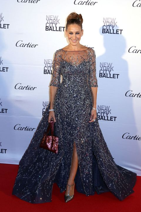 <p><strong>Sarah Jessica Parker</strong> simplemente deslumbró con su aparición en la Gala del Ballet de Nueva York con este vestido de paillettes en azul acero y plata de <strong>Zuhair Murad Alta Costura</strong>, zapatos metalizados y joyas de <strong>Cartier</strong>. La única pega es su bolso que no encaja con el resto del look, pero a ella se lo perdonamos.</p>