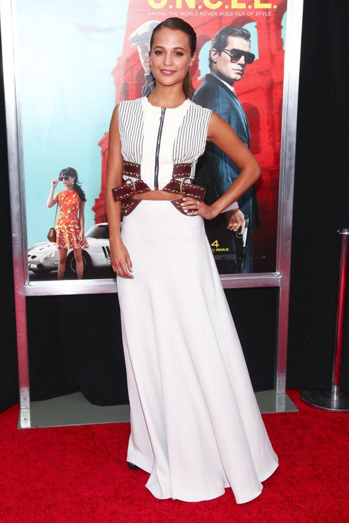 <p>En la premiere en Nueva York de su última película, Operación U.N.C.L.E.,&nbsp&#x3B;<strong>Alicia Vikander</strong> consiguió el perfecto equilibrio con este vestido de delicada seda blanca y rígidas correas de cuero. Lo firma <strong>Louis Vuitton</strong> y es de la <strong>colección Resort 2016</strong>.</p><p>&nbsp&#x3B;</p>