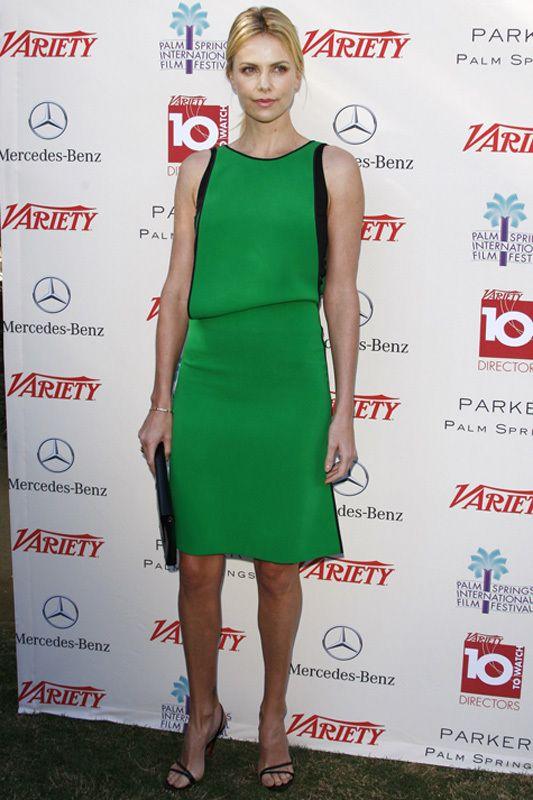 <p><strong>Charlize Theron</strong> apostó por el color para acudir al Festival de Cine de Palm Springs con su vestido verde<strong> Reed Krak pre-fall 2012 </strong>ribeteado en negro en las mangas que combinó con complementos negros en sus sandalias <strong>Christian Louboutin</strong> y <i>clutch </i>de <strong>Lanvin</strong>. Un look sencillo que se encuentra entre nuestros favoritos.</p>