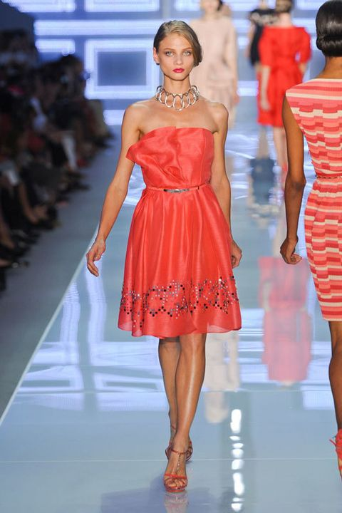 <p>Un recogido ladeado ofrece numerosas posibilidades a la hora de vestirse. ¿Nuestra apuesta? Con un vestido de escote palabra de honor, como este de&nbsp;<strong>Dior</strong>, la caida del pelo creará un efecto muy favorecedor.</p>