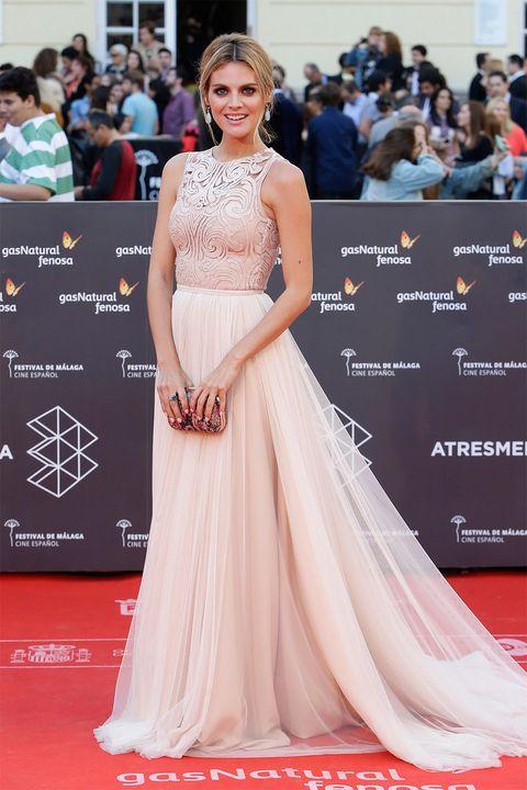 <p><strong>&nbsp;Amaia Salamanca</strong> lució un vestido clásico de color rosa empolvado con el que conquistó a todo el mundo. Los detalles del corpiño y la falda de tul son de ensueño.</p>