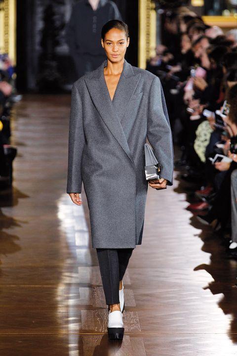 <p>Nos encanta este abrigo 'oversize' en tono gris perla, con el único adorno de su cuello. Los pantalones pitillo en el mismo tono y las plataformas, consiguen un look más informal.</p>