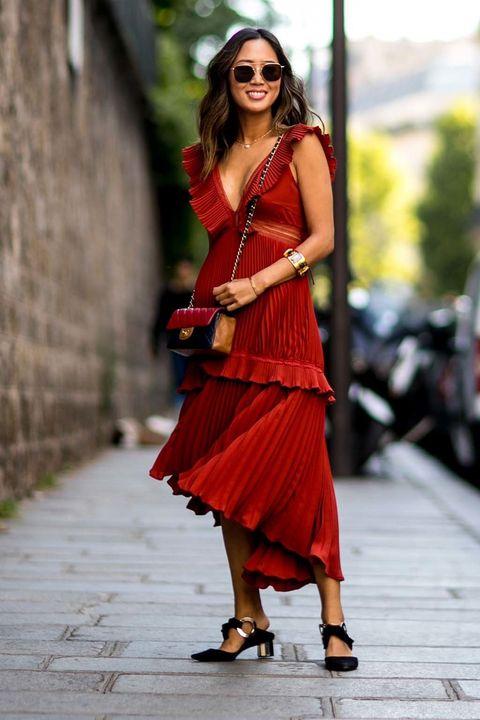 <p>La bloguera ha elegido un bonito look con vestido plisado con volantes en rojo, bolso acolchado de Chanel y slippers con tacón midi destalonados.&nbsp;</p>