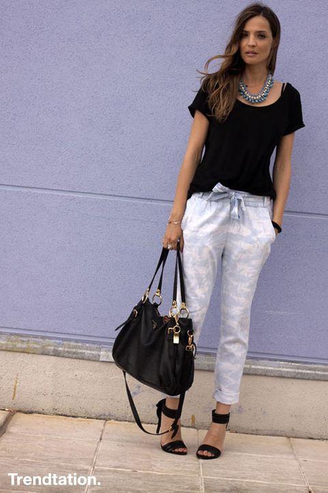 <p>Silvia se ha animado con estos pantalones de Blanco, y para darles todo el protagonismo ha optado por combinarlos con negro tanto en el top como en los accesorios, a excepción de este precioso collar de la diseñadora Sandra Feltes.</p>