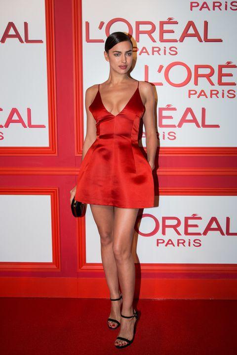<p><strong>Irina Shayk</strong> escogió&nbsp;la Red Obsession Party de L'Oréal para posar por primera vez en compañía de su pareja, el actor Bradley Cooper. Su look con un minivestido rojo de <strong>Dior</strong> y accesorios en negro no podía ser más acertado para una ocasión tan importante.</p>