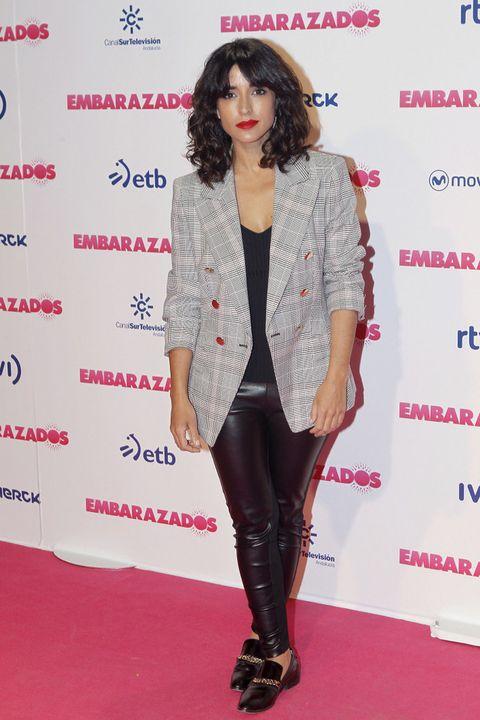<p>De negro con pantalones de piel, blazer de cuadros en gris y zapatos masculinos acudió Inma Cuesta.</p>